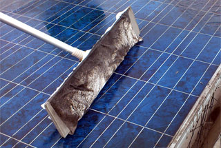 PV-70で太陽光パネルを洗浄した時の汚れ具合。